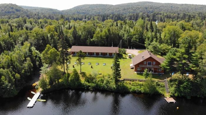 Motel paisible au bord de l'eau, immergé dans la nature