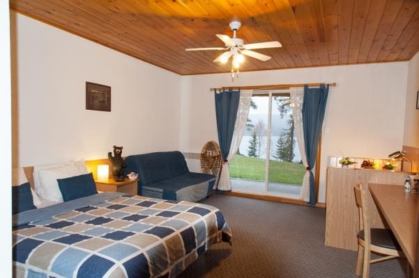 Chambre lit queen et sofa