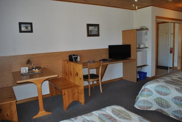Equipements disponibles dans les chambres: coin repas, TV, machine à café, frigidaire