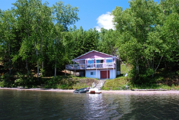 Le Calimaçon: accommodation max 8 people. Terrace with patio set, outdoor fireplace, BBQ (propane inc), rowboat, pedal boat, picnic table, deck chairs, swing, satellite TV, DVD, washer, dryer ...