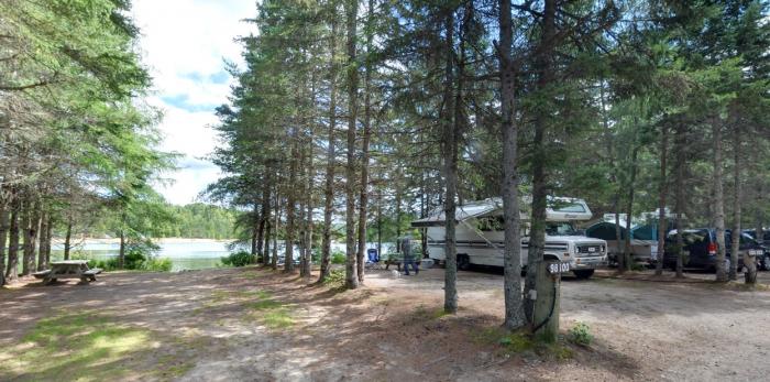 Vous pouvez camper directement au bord du lac