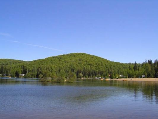 Le Lac et la plage se trouvent sur le terrain de camping