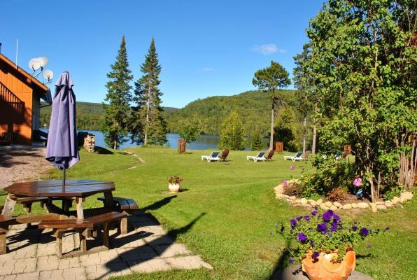Aire de pic-nic avec vue sur le jardin et le lac