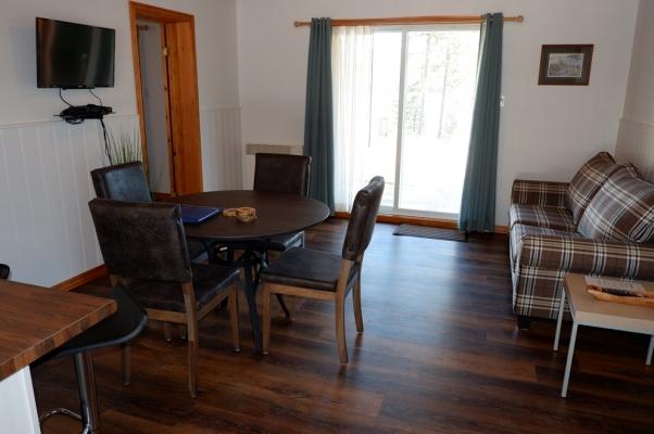 Salon, salle à manger et cuisine du petit Chalet