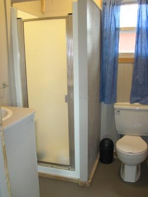 Vous retrouverez dans tous nos chalets; toilette et lavabo, nous équipons chacun d'eux, petit à petit, de douches intérieures, en attendant, notre bloc sanitaire très propre est accessible à proximité des chalets qui n'ont pas de douches.