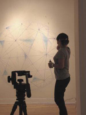 Sandra Djina Ravalia lors du montage de son exposition.