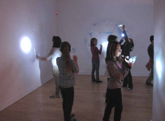 Animation en salle de l'exposition de Sandra Djina Ravalia.