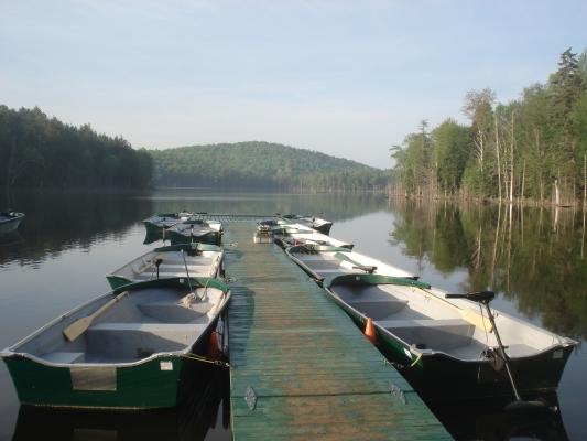 Le Lac Berval avec les embarcations, incluses dans nos forfaits