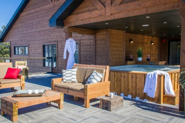 Spa sur la terrasse surplombant le lac Masson
