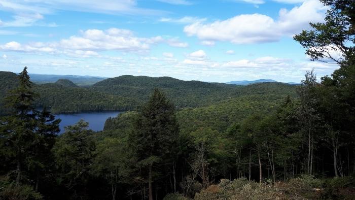 Nouveau point de vue du haut de la Panoramique. À droite, le sommet de Tremblant.