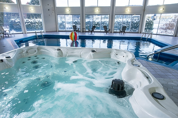 Piscine intérieure, bain à remous et saunas secs