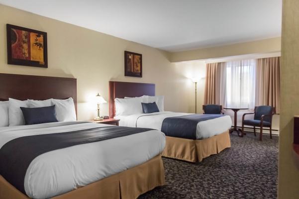 Chambre avec 2 lits queens, réfrigérateur, Internet H-V gratuit, T.V. HD, café gratuit, bureau de travail, planche et fer à repasser, etc.