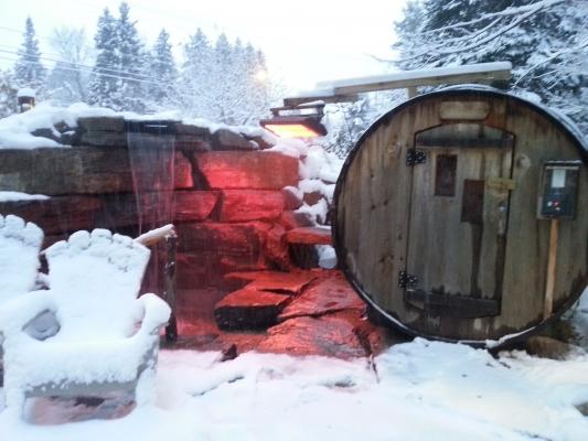 Cascade et bassin froid et authentique sauna finlandais